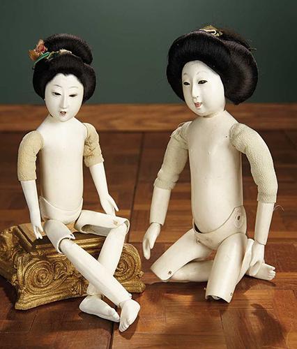Фэшн-куклы, вырезанные из дерева с 3 штифтовыми шарнирами. Высота 33 см. Япония, 1900 г.