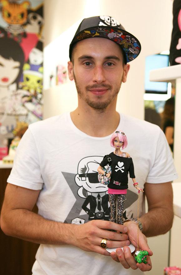 Симон Легно с куклой Барби Токидоки