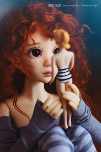 С куклой Барби черно-белый купальный костюм
