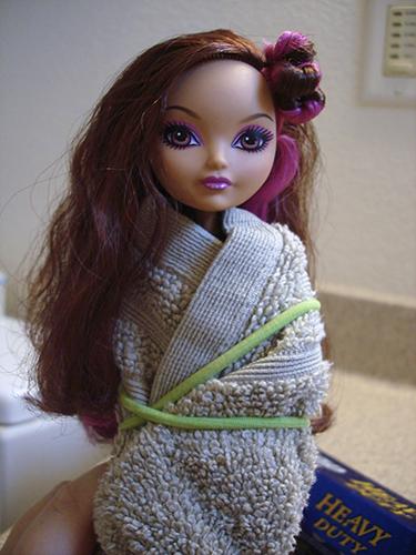 Кукла в полотенце перед мытьём волос