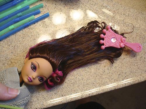 Расчесать мокрые волосы куклы