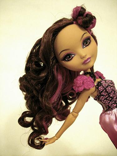 Кукла с волосами, закрученными по методу термальной обработки водой
