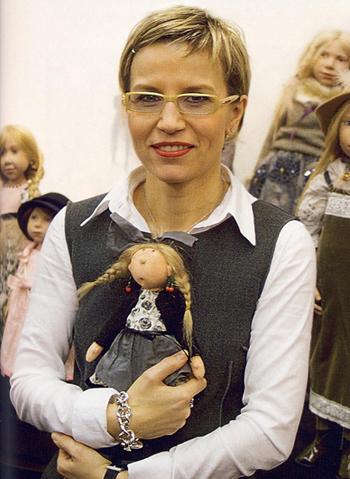 Николь Маршоллек-Менцлер со своей куклой