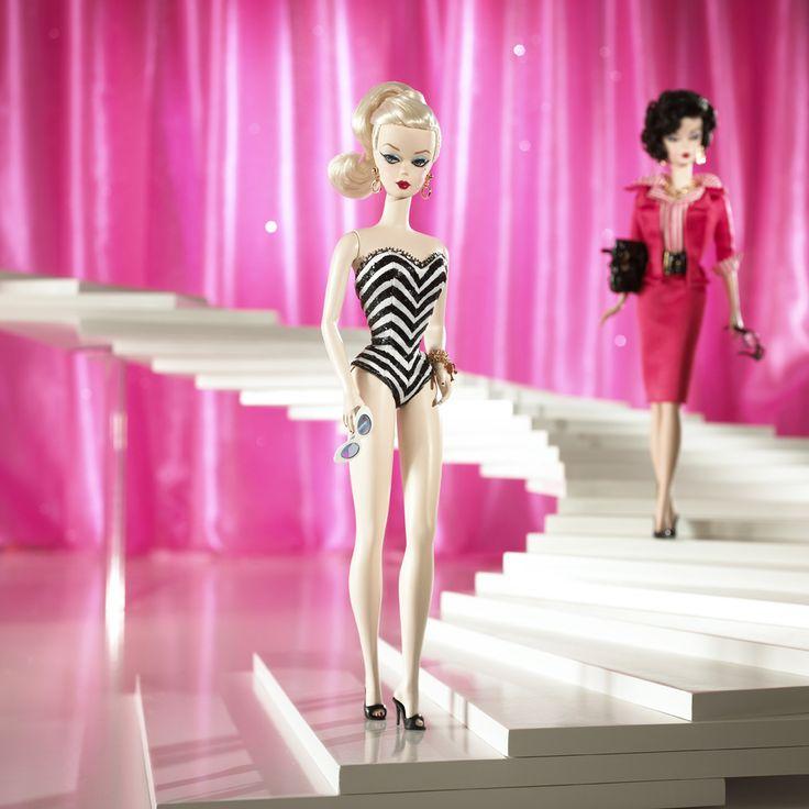 Кукла Барби в знаковом купальном костюме