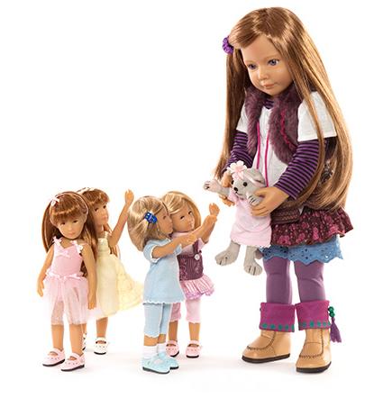 Слева куклы Minis. Справа кукла Kidz N Cats